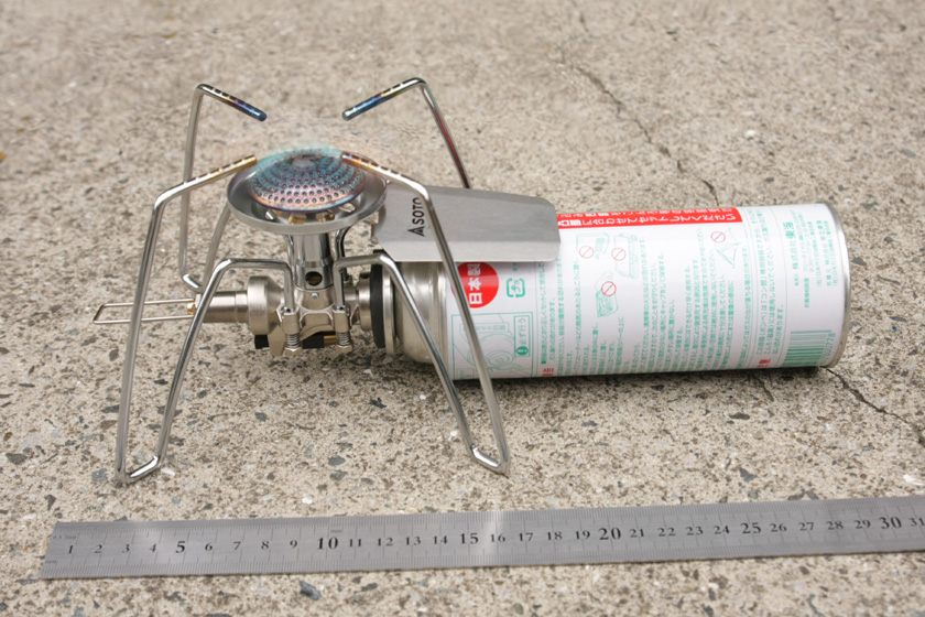 カセットガスも含めると、大きさは15×30cmで、高さは11cm程度