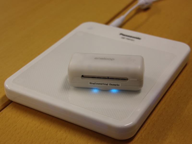 充電時は充電パッドの上にケースを載せるだけ