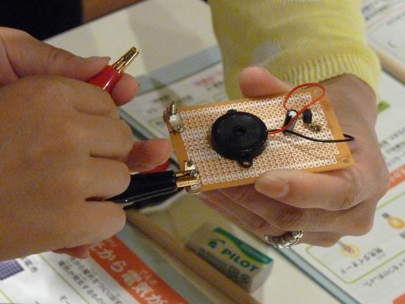 アモルファス太陽電池をオルゴールに接続し、音が出るのかを試す