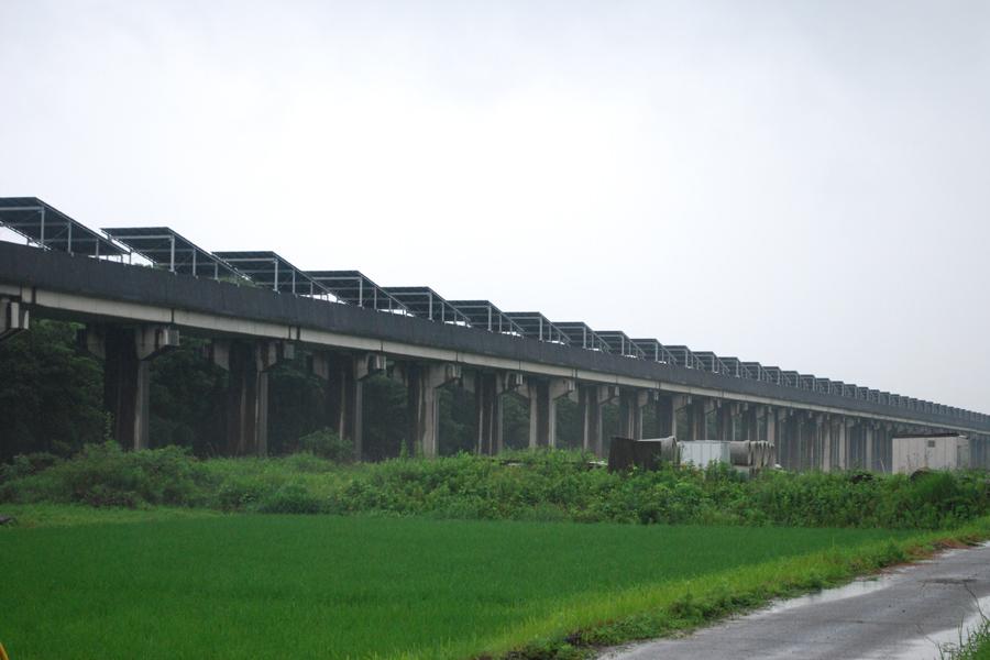 線路の上に延々とソーラーパネルが続く景色は壮観だ