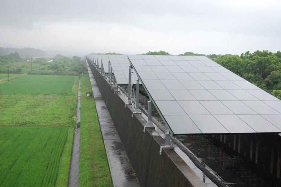1基の架台には48枚のCISのソーラーパネルが取り付けられている