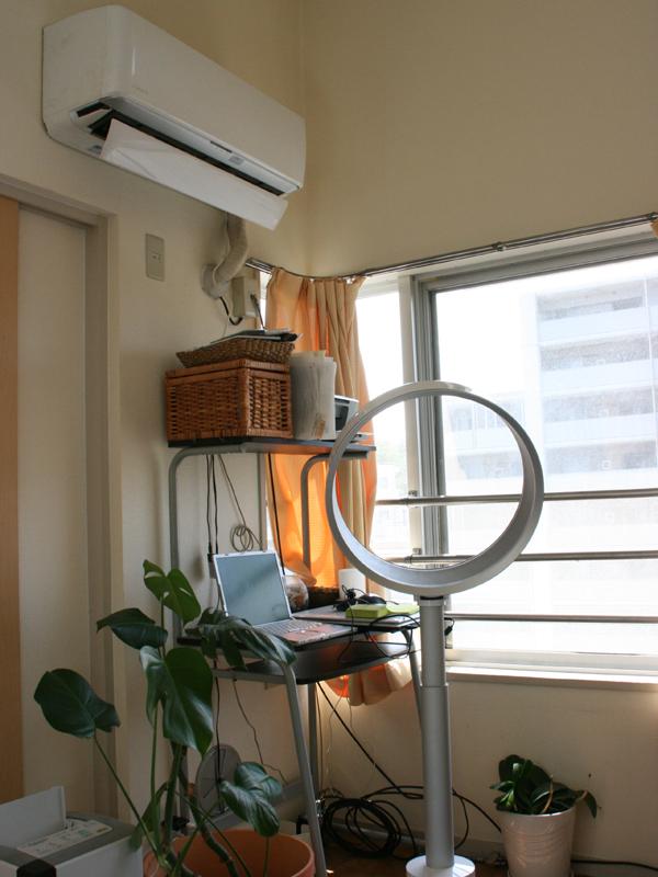窓から入って来る風なのか、エアマルチプライアーによる風なのか区別が付かないほど自然な風。エアコンとの併用にお勧めだ