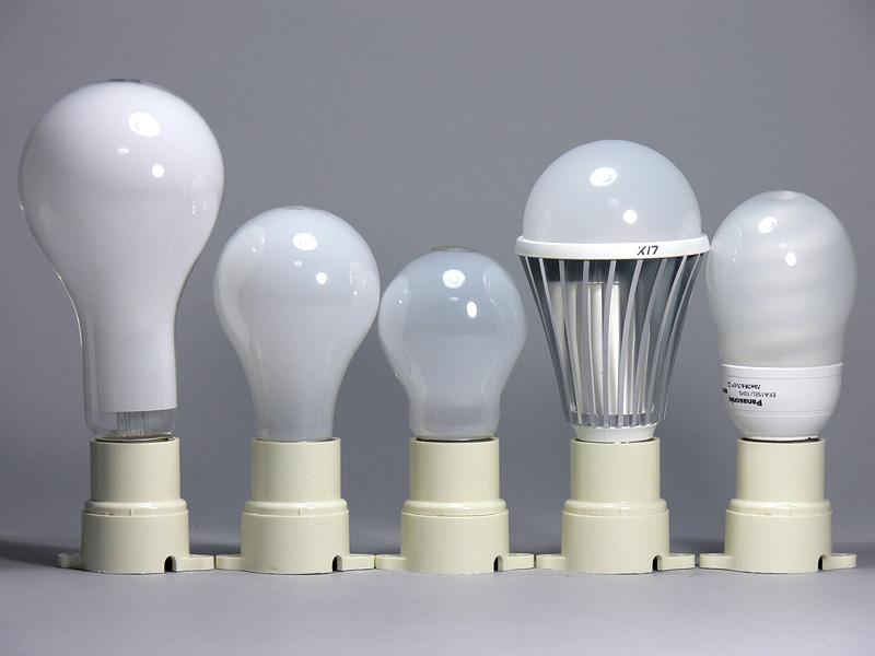 <b>【エクスレディア:昼光色(右から2番目)】</b><br>高さは132mmと、100W形白熱電球(左から2番目)より23mmも背が高い。とはいっても、左端の150W形白熱電球(いちばん左)よりは格段に小さい。口金付近のヒートシンクの径は36mmで白熱電球よりも4mm太い程度だった