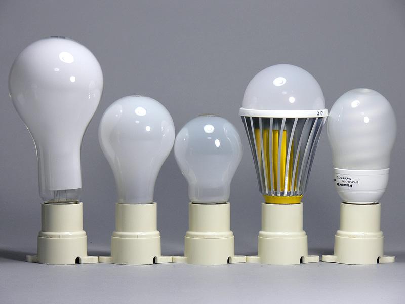 <b>【エクスレディア:電球色</b><b>(右から2番目)</b><b>】</b><br>こちらは電球色。大きさは昼光色と同じだが、6g重くなり158gだった。ヒートシンクの内部が黄色で違いがわかりやすい。しかし、これが目についてしまうような器具には違和感があるだろう