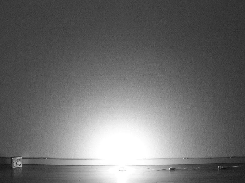 <b>【白熱電球:60W形・100W形】<br></b>ソケットぎりぎりまで明るい。電球を中心に、床面に近いところから光が広がっている
