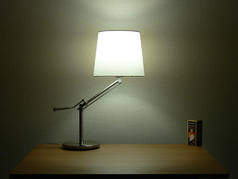 <b>【電球形蛍光灯】</b><br>白熱電球と遜色なく、シェードのほぼ中心からまんべんなく光る。シェードの上下からもほぼ同じ明るさの光が漏れている