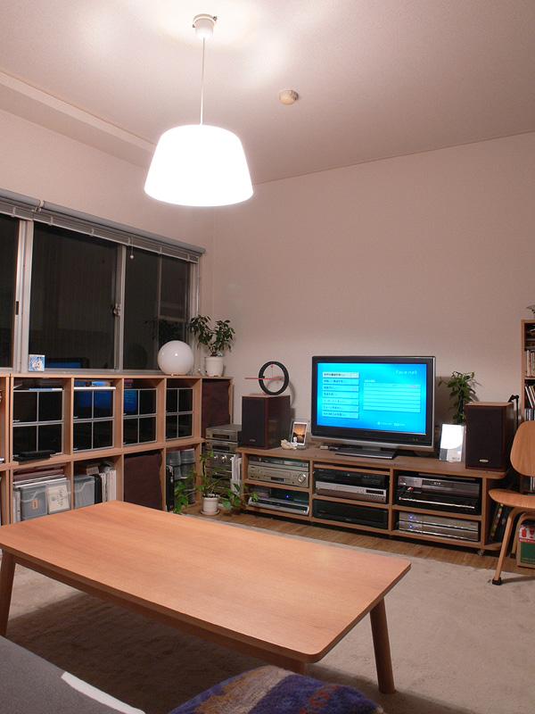 <b>【白熱電球:60W形×2 透過タイプのシェード】</b><br>光が部屋全体に行き渡り、十分な明るさがある
