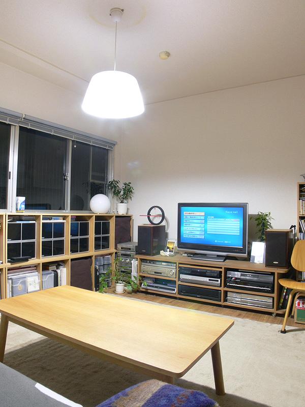<b>【エクスレディア・昼光色×2 透過タイプのシェード】</b><br>くつろぎのリビングルームには2灯では明るすぎて落ち着かない。