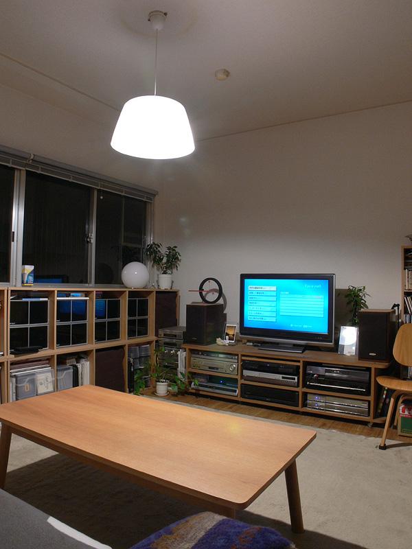 <b>【エクスレディア・電球色×1 透過タイプのシェード】</b><br>1灯で白熱電球2個分の明るさが感じられる。光色も良く、リビングルームに適した雰囲気が演出できた