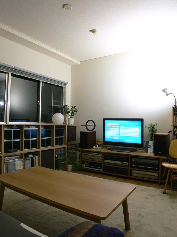 <b>【エクスレディア・昼光色1灯 間接光】</b><br>間接光として使ってみた例。1灯でも壁面や天井からの反射光で部屋全体が柔らかく、そして明るく照らされる。日中の補助光としても向いている