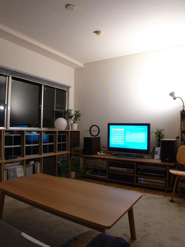<b>【エクスレディア・電球色1灯 間接光】</b><br>自然な光色の電球色が、部屋全体に明るく、柔らかく包み込む。このあかりを下地とし、必要に応じたスタンドやインテリアライトと組み合わせれば、雰囲気あるリビングが演出できるだろう