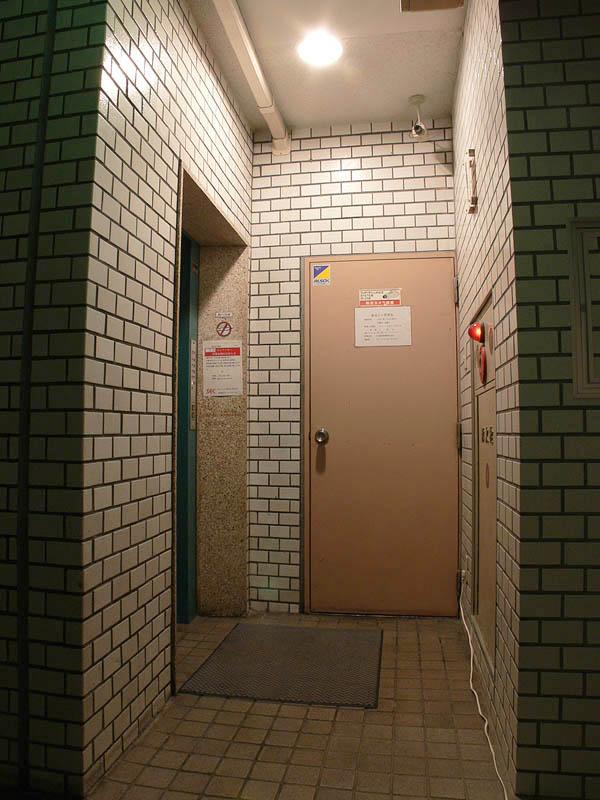 <b>【白熱電球:100W形】</b><br>とあるビルの高天井(2.8m)のエレベーターホール。100W形白熱電球の明るさは快適だ