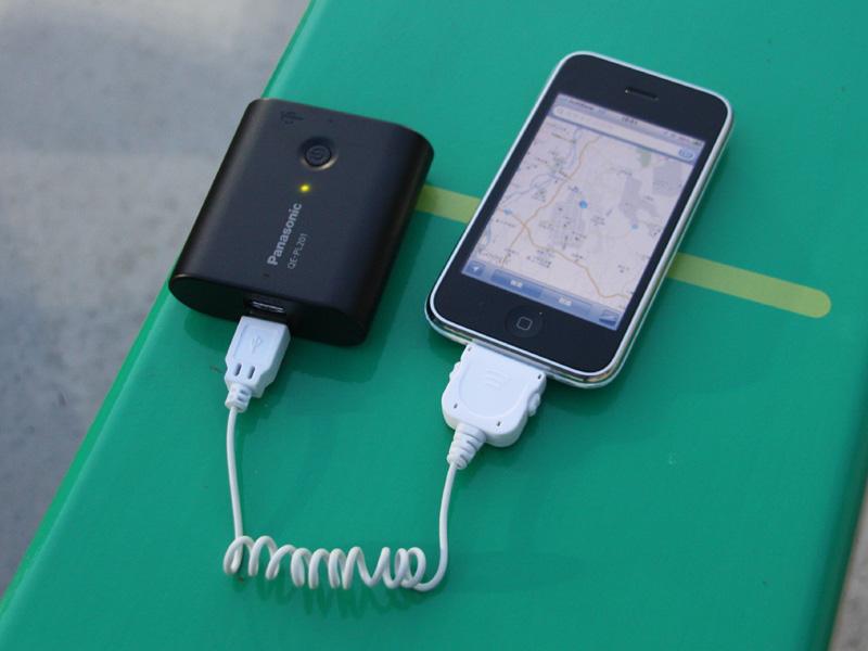iPhone3GSに接続して使用しているところ。地図機能を使うと、電池がどんどん減っていくので、モバイルバッテリーは旅行には欠かせない存在だ