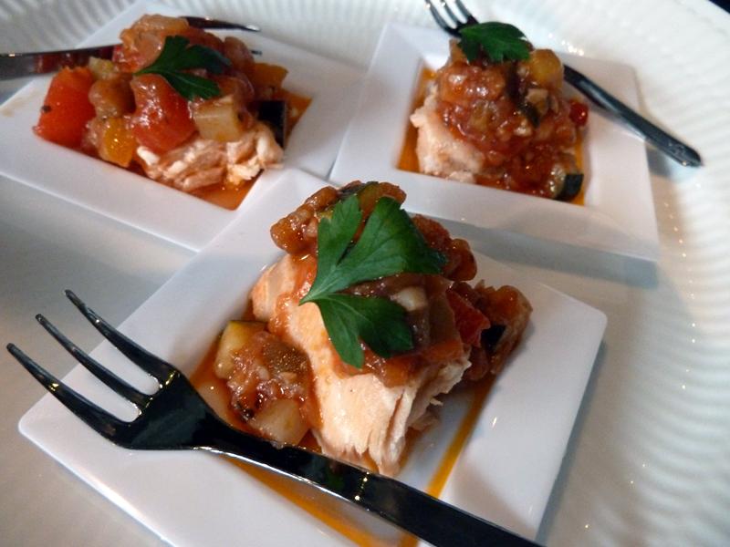 サーモンにラタトゥイユソースを添えた「サーモンラタトゥイユソース」。蒸して仕上げたサーモンはふっくらとしていて、焼いたとは違う食感や風味を楽しめる