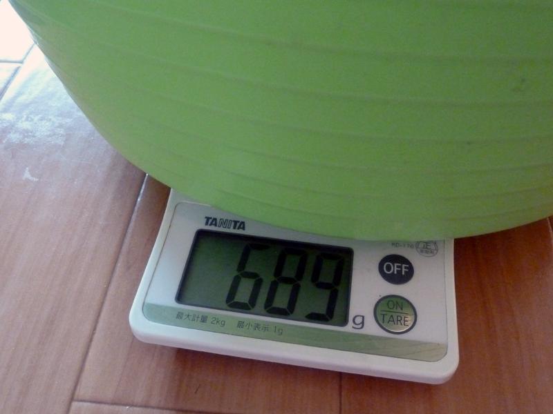 重さは実測で689g。片手で楽に持てる