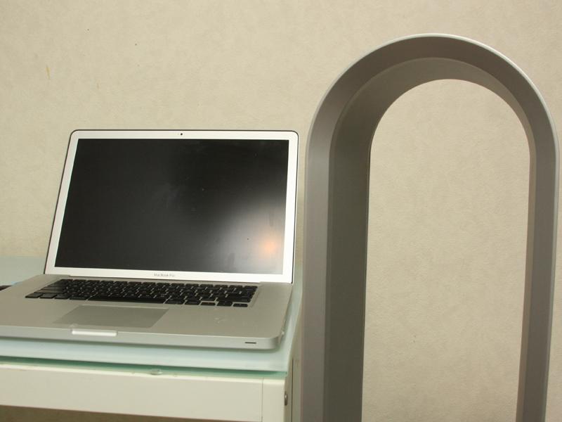 本体カラーは「ホワイト/シルバー」を選択。なんだかMac Book Proとも相性の良いカラーリングだ