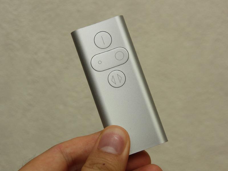 リモコンも付属する。ボタン上のアイコンで、なんとなく操作が想像できるだろう