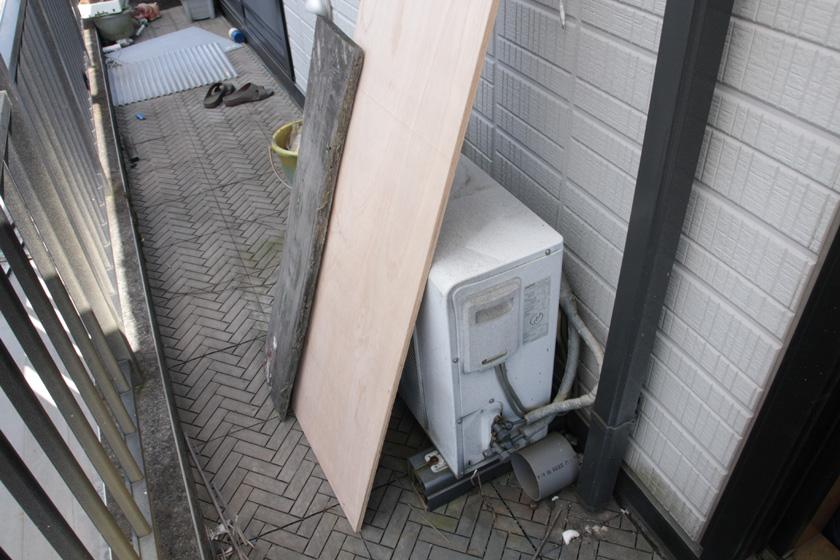 大きな板で派手に室外機の送風を塞いでみた。実際にこんな状況はありえないかもしれないが、結果をはっきり出すため、このようにしてみた