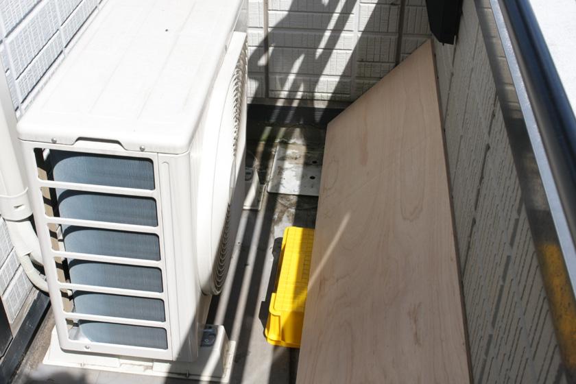 バルコニーの壁に排気が当たり再び室外機が熱風を吸い込まないように、排気を反射させて上に逃がすのも1つの手だ。
