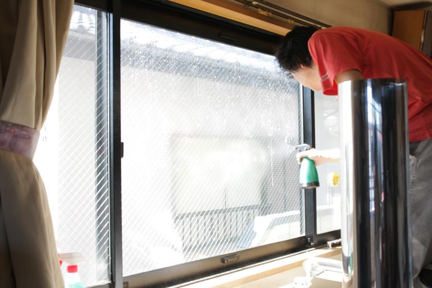 窓ガラスフィルムの取り付けには、準備が必要。まずは、スプレーボトルに水と食器洗い洗剤を小さじ半分ほど入れ、ガラス全体に吹きかける