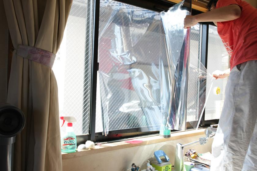 フィルムはシールになっているので、ガラスに貼りながらシールをはがしていく。フィルムは水と洗剤の混合液の上に浮いている状態なので、簡単に位置をずらすことができる