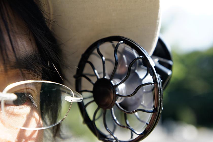 メガネ愛用者にはちょっと厳しく、ツルがファンと接触しやすい
