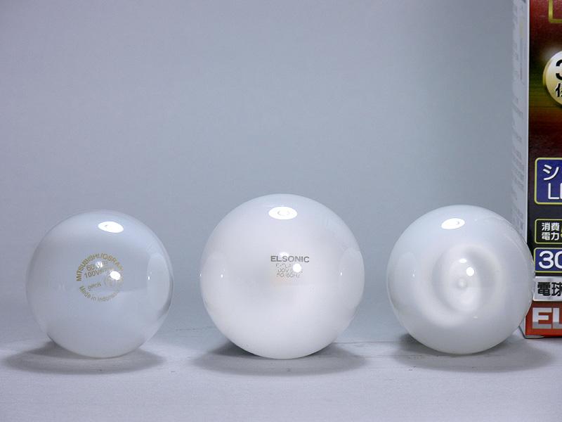 直径は60mm(中央)だ。ガラス製のグローブ、先端にはロゴもありとても電球らしい雰囲気だ。内部のLEDチップが少し透けるがほとんど気にならない