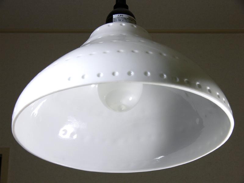 <b>【電球形蛍光灯】</b><br>電球の直径は白熱電球と同じだが、背が高いため、内側のらせん状の蛍光管が透けて見える