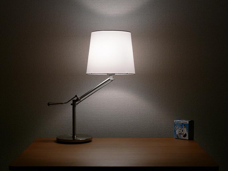 <b>【白熱電球:60W形】</b><br>シェードは中心からまんべんなく光り、シェードの上下からほぼ同じ明るさの光が漏れている