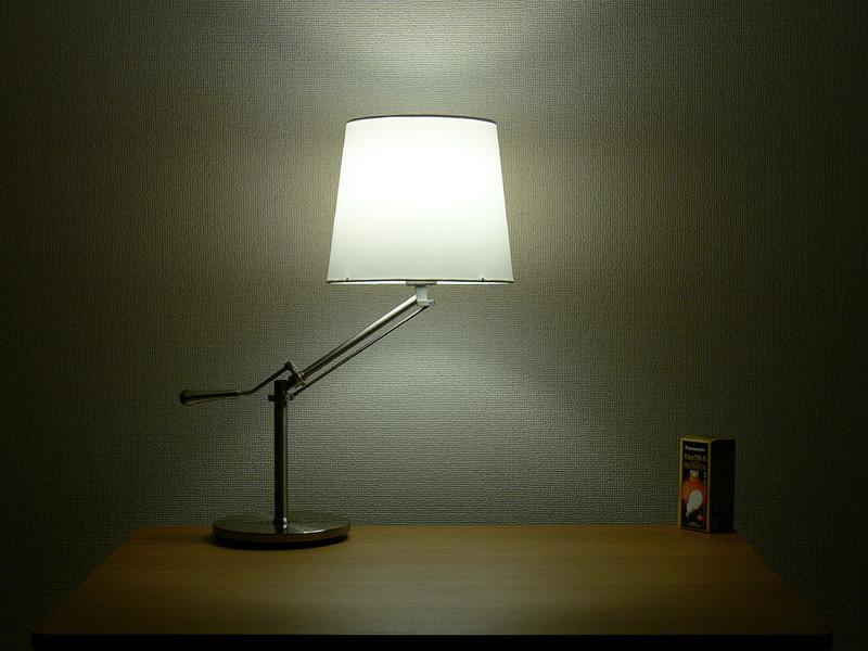 <b>【電球形蛍光灯】</b><br>白熱電球と遜色なく、シェードのほぼ中心からまんべんなく光る。シェードの上下からもほぼ同じ明るさの光が漏れる