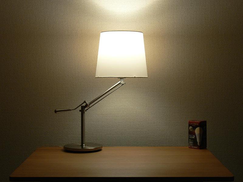 <b>【エルソニック】</b><br>器具のシェードが半分は明るくなる。直下に強いタイプながら、横方向へ強い光も届き、下方向にもある程度光が広がっている。インテリアライトとしても使えるだろう