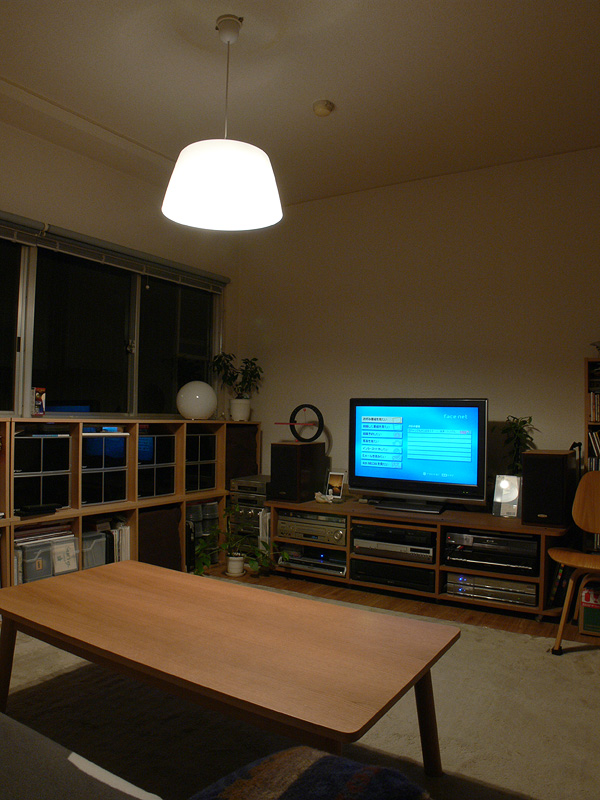 <b>【エルソニック×2 透過タイプのシェード】</b><br>部屋全体、テーブル面の明るさ共に物足りない。テーブル面の明るさの印象は電球形蛍光灯とさほど変わらない。ただし、別の照明器具と組み合わせるならアリかもしれない