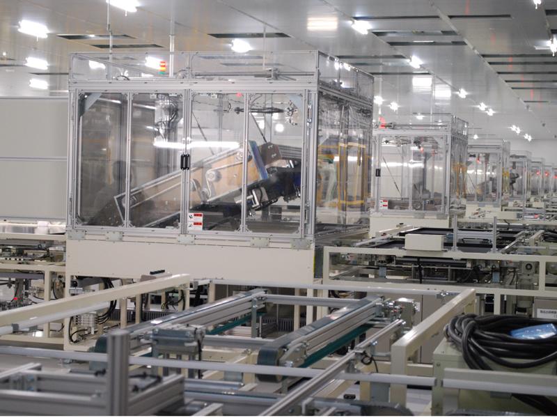 工場内部の様子。大きな設備が並んだ広大な工場で、人の姿はほとんどなかった