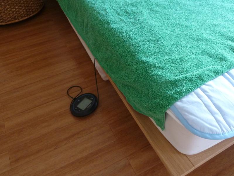 本体はベッドや布団の横に置く