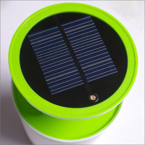 太陽光パネルを搭載。パネルはLEDライトの台座部分に設けられている