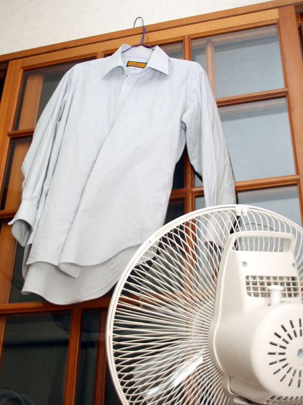 翌日に使うYシャツを夜中乾かしているところ。1~2枚なら乾くだろう