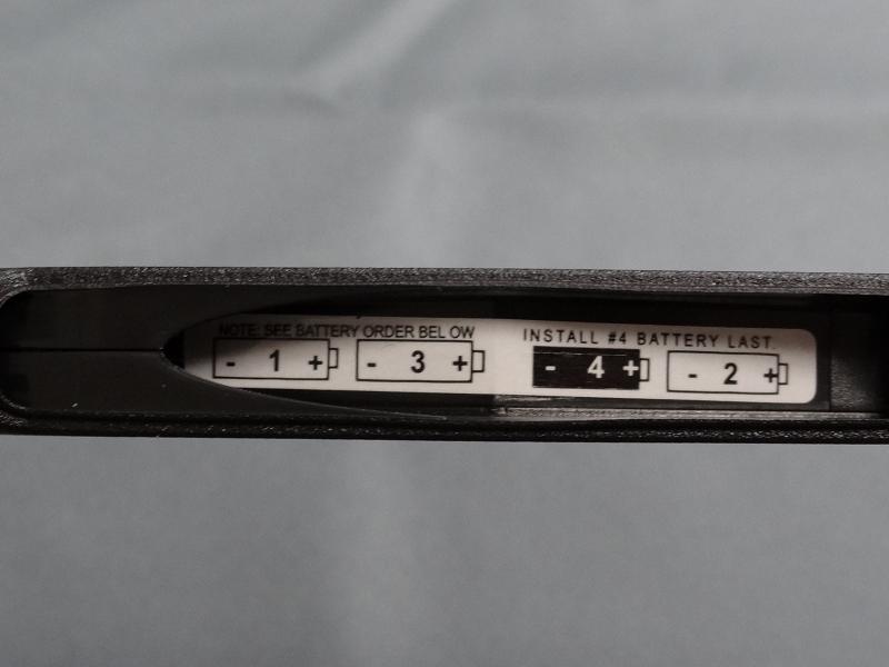 電池ケースのカバーを外すと、電池を入れる順序が記載されている