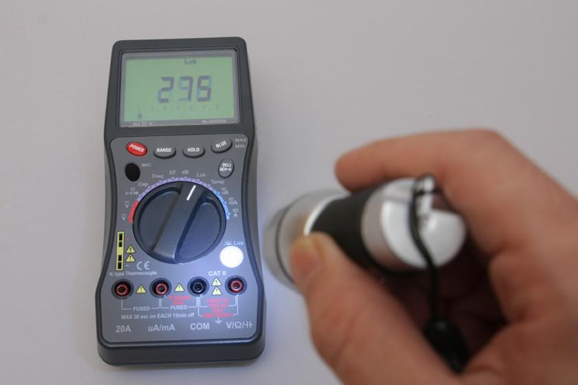アルカリ電池で測定してみると、約30cmの距離で275lx。これなら余裕で足元を照らせる