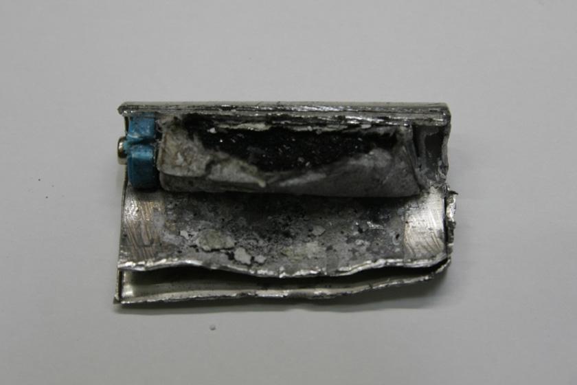 こちらがNOPOPOの中身。一度使った電池なので、マグネシウム合金が化学変化てボロボロのさびた状態になっている