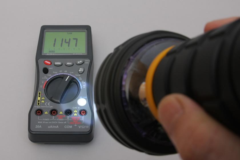30cm離れた位置の照度は1,147lx。実用的な明るさだ