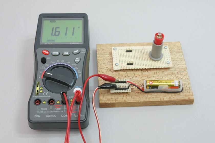 乾電池は1.5Vと言われているが新品の電池に何もつなげない状態で電圧を測ると、たいてい1.6V程度なのだ