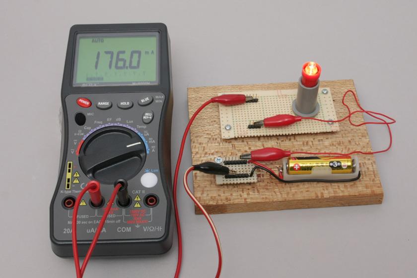 アルカリ電池に豆電球をつなげて電流を測ると176mAとなった。豆電球が点灯するだけの電流が流れているということだ