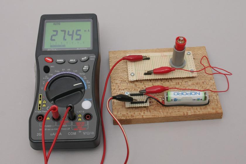 NOPOPOは、およそ28mA。豆電球が点灯していないのに注目。乾電池のおよそ1/6の電流しか流せないようだ