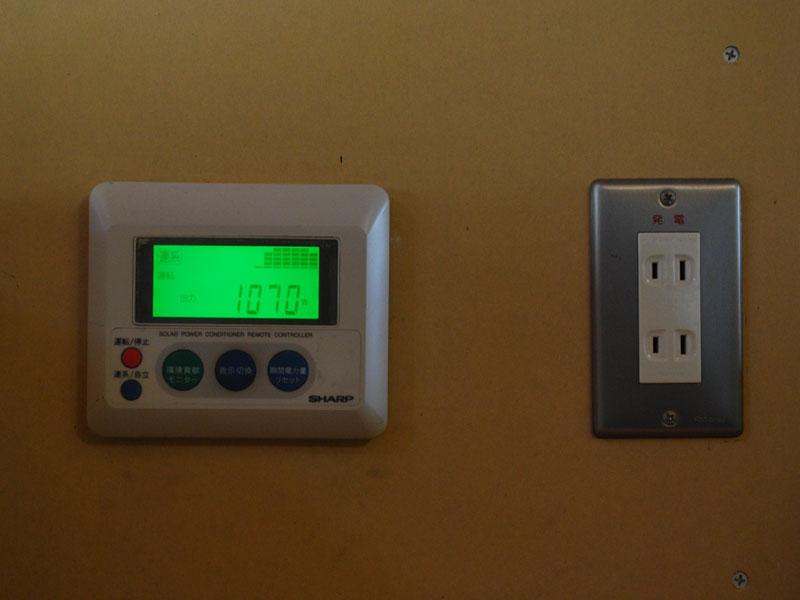 我が家では、自立運転がうまくいかなかったが、それは「突入電流」に原因があったようだ(写真は我が家のモニター[左]と非常用のコンセント[右])