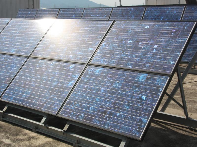 シャープの既設住宅向け太陽電池は、基本的には多結晶が中心。多結晶は、写真のように青味がかっている