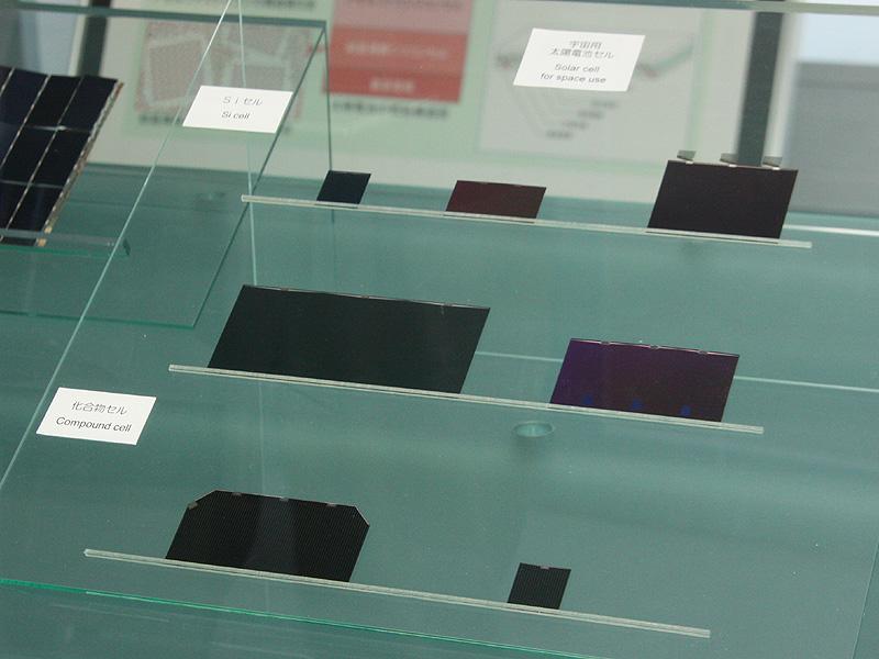 アモルファス(化合物)系の太陽電池(下)とシリコン系の太陽電池(上)