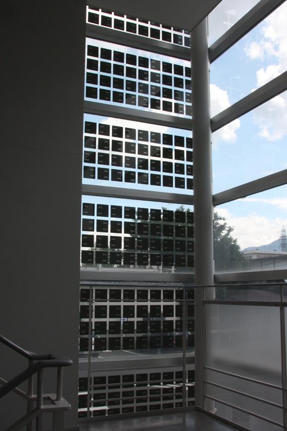 右上の写真を、屋内から見たところ