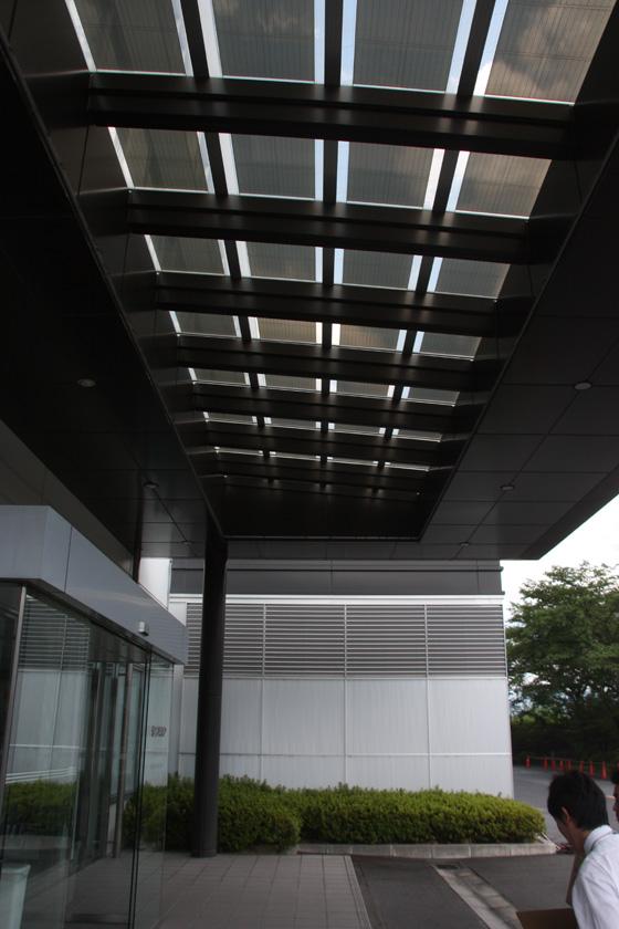 また、エントランスの屋根には、薄膜太陽電池が搭載されている