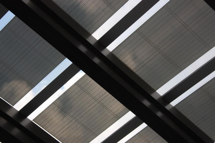 薄膜太陽電池は透けて空の雲が見える。発電した電気は、夜の照明に使っているという