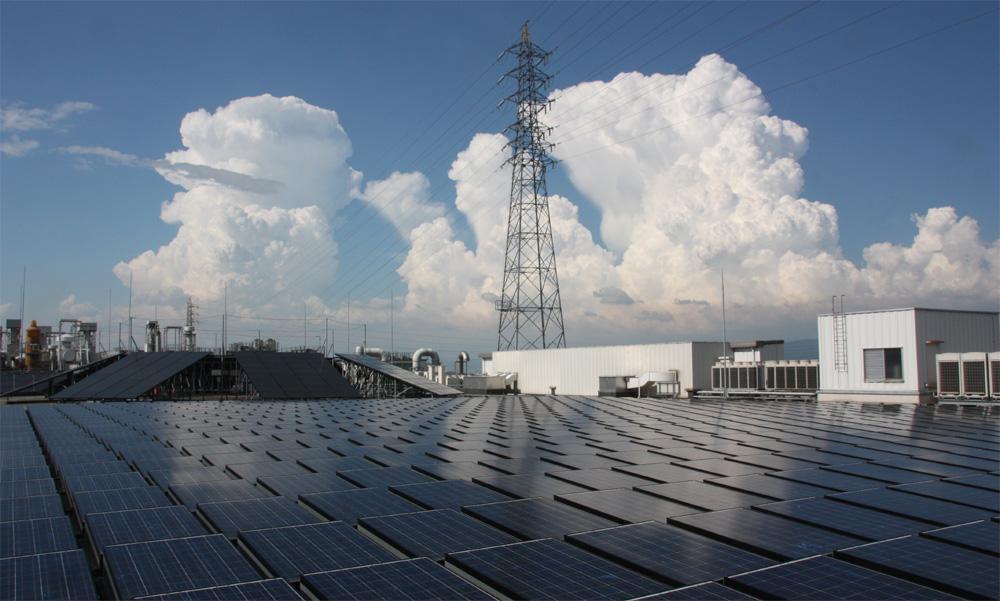 屋上の「ソーラーパーク」には、多種多様な太陽電池が並んでいる